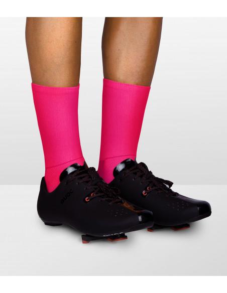 Skarpety dla kolarzy o zwiększonej widzialności dzięki fluorescencyjnym różowym włóknom.