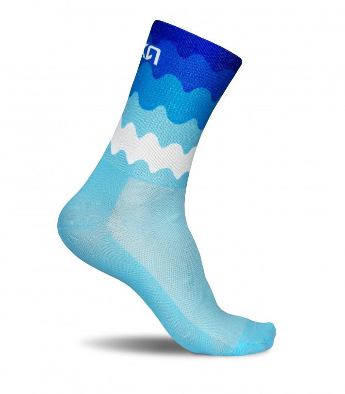 niebieskie fale oceanu to motyw przewodni skarpetek kolarskich Luxa Tenerife Blue.
