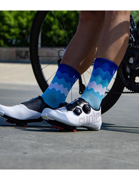 niebieskie skarpety rowerowe Luxa Tenerife Blue w błękitne fale o różnym kolorze.