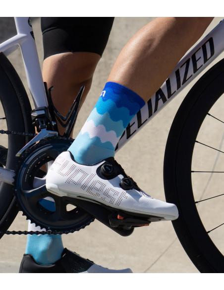 noga kolarza w butach szosowych Suplest i niebieskich wzorzystych skarpetkach kolarskich Luxa Tenerife Blue