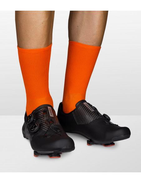 Pomarańczowe skarpetki kolarskie polskiej marki Luxa z butami szosowymi Suplest