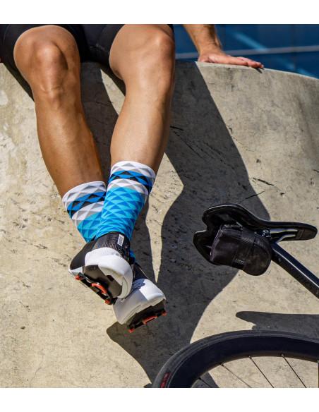 nogi kolarza w ciekawych wzorzystych skarpetkach w niebieskie trójkąciki.