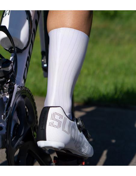 przylegające skarpety rowerowe aerodynamiczne długie do łydki
