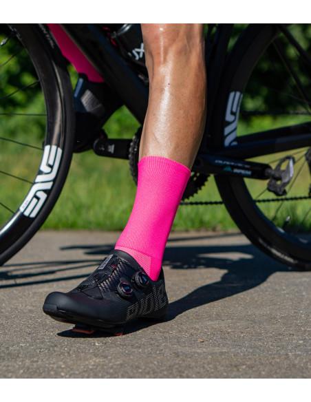 rower BMC i kolarz w skarpetkach o kolorze różowego fluo