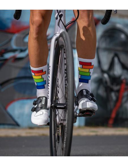 kolarz w interesujących widocznych tęczowych skarpetkach kolarskich Rainbow