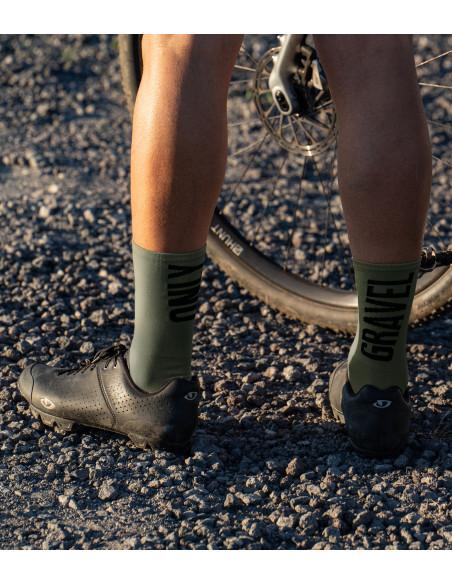 grawelowe skarpety rowerowe z napisami 'only gravel' w tle ciemnego szutru