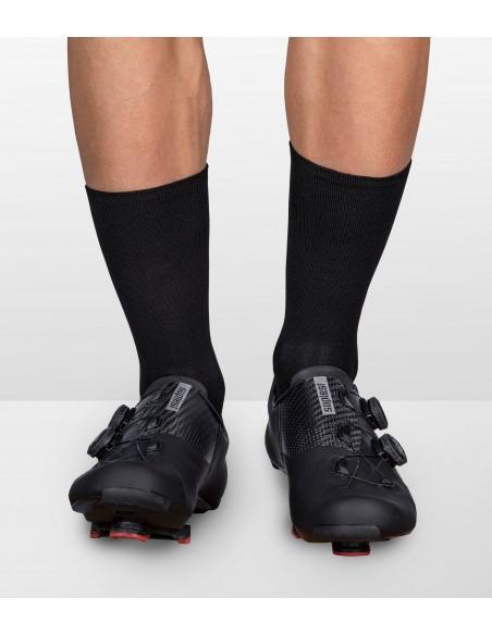 przód stopy bez napisów w czarnych rowerowych skarpetach coffee ride