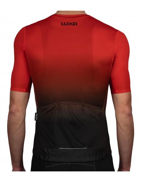 plecy koszulki również z przejściem tonalnym od czerwieni do koloru czarnego
