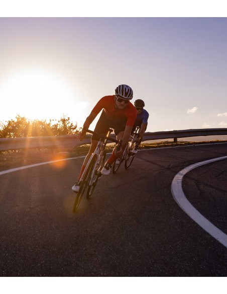 kolarz szosowy jedzie rowerem na Sycylii w czerwonej koszulce Luxa Galaxy Red