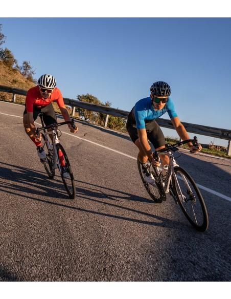 dwóch kolarzy szosowych podczas zjazdy na Sycylii ubrani w polskie stroje Luxa
