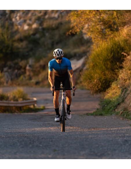 trening kolarski w niebiesko-czarnej koszulce na drogach Sycylii