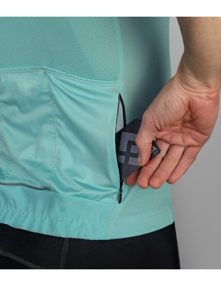 zippered pocket to keep valuable things inside