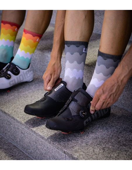 no color, only gray, white and black. Looks good with monochromatic cycling shoes