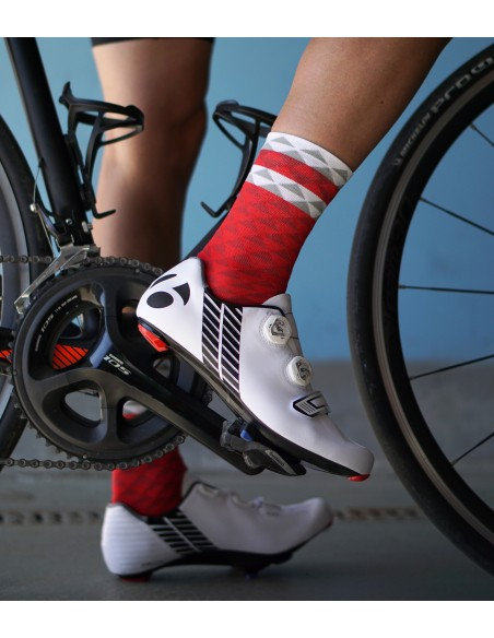 Szybkoschnące materiały czerwonych skarpet kolarskich Asymmetric Red