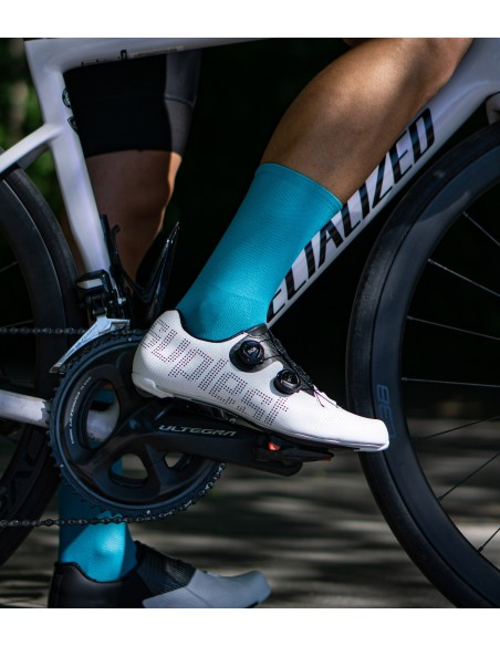 Turquoise road cycling socks in the shadow with suplest road shoes