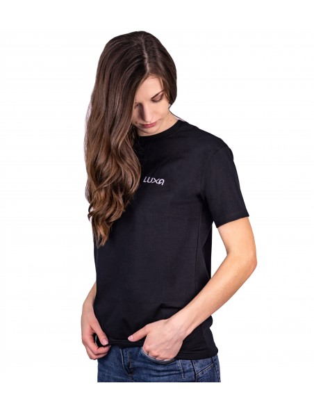 modelka w czarnej koszulce Luxa do chodzenia na co dzień ze 100% bawełny