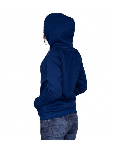 dziewczyna ubrana w granatową  polską bluzę i kapturem założonym na głowę