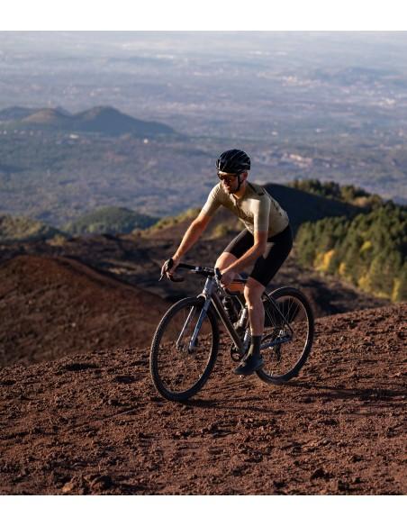 całe oliwkowe skarpety idealne na jazdę rowerem grawelowym w zakurzonym terenie oraz po leśnych ścieżkach