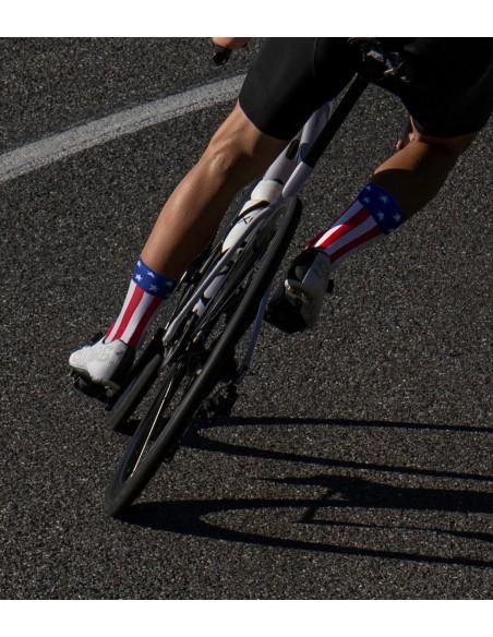 kolarz na rowerze szosowym Specialized ubrany w skarpetki z flagą USA czyli Stanów Zjednoczonych Ameryki