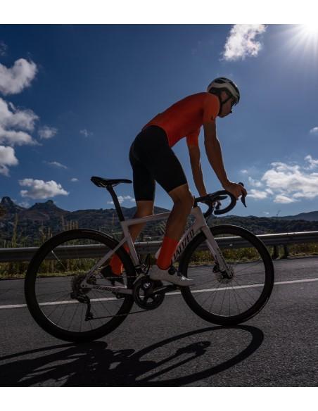 gdy jeździsz rowerem w upalną pogodę, warto ubierać jak najbardziej przewiewną odzież kolarską.