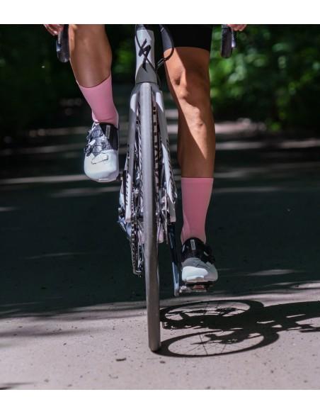 lekko różowe skarpetki rowerowe Luxa polskiej produkcji z europejskich wyselekcjonowanych przędzy