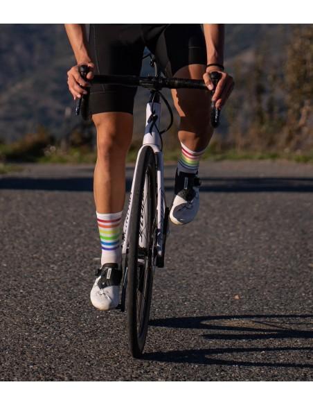 multi kolorowe paski na skarpetkach rowerowych Luxa
