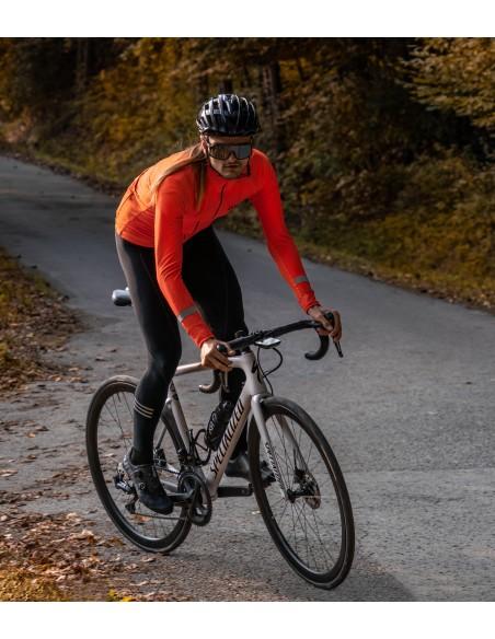 kolarz w pomarańczowej bluzie rowerowej Luxa Orange Vision dostosowanej do jesiennych i wiosennych treningów