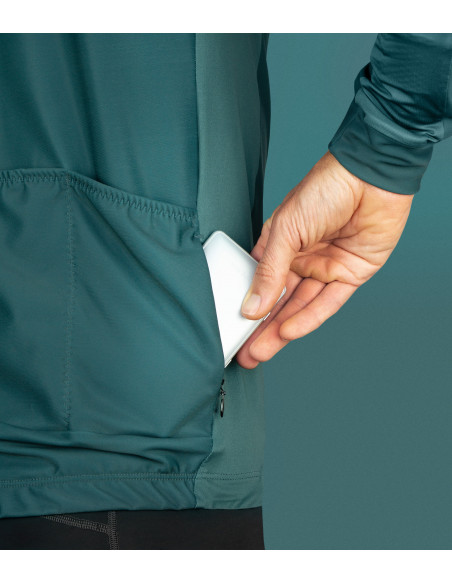 Valuable items will be safe in the inside zippered pocket