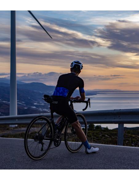 Kolarz odpoczywa na drodze w Andaluzji (Sierra Nevada)