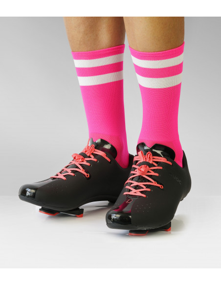 Skarpety w kolorze różowym fluo z butami Quoc