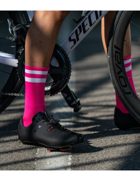 Różowe skarpety Luxa na nodze kolarza