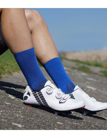 Kolarz z nogami na betonie w butach Bontrager
