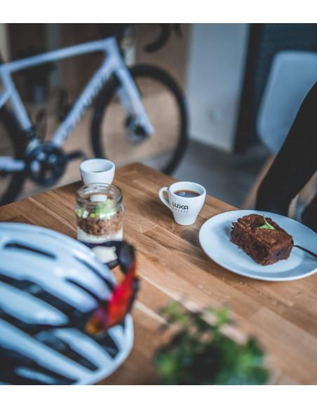 filiżanka z kawą Luxa, ciastko w kawiarni Monko
