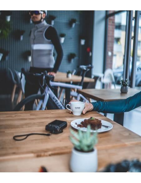 rowerowe ciastko i odpowiednia dawka kofeiny w filiżance Luxa