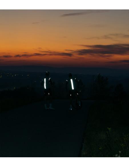 Kolarze widoczni w nocy dzięki odblaskowej kamizelce kolarskiej Shining Night