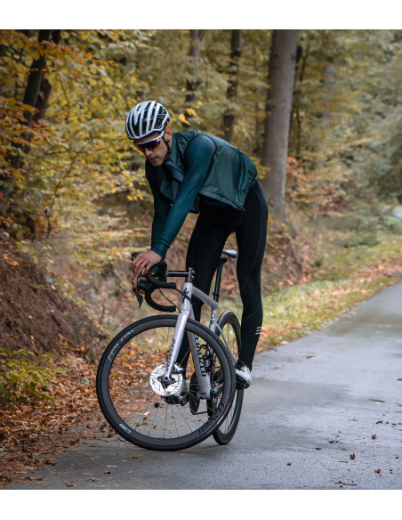 Kolarz w zielonej kamizelce kolarskiej Luxa Verde