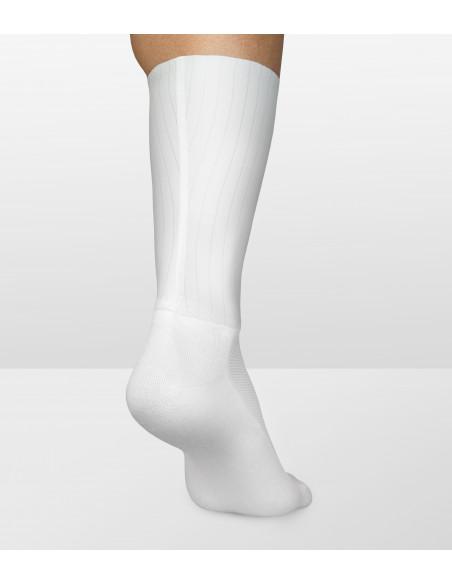 Aerodynamiczne białe skarpety kolarskie Luxa to idealne przyleganie do nogi.