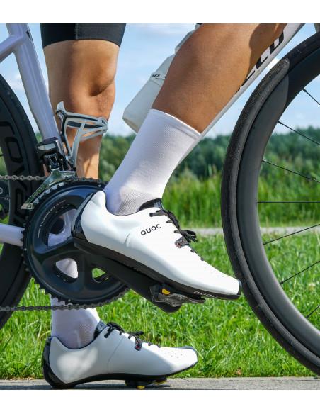 Białe Skarpety Kolarskie Secret White na nodze kolarza. Białe buty Quoc i skarpety Luxa