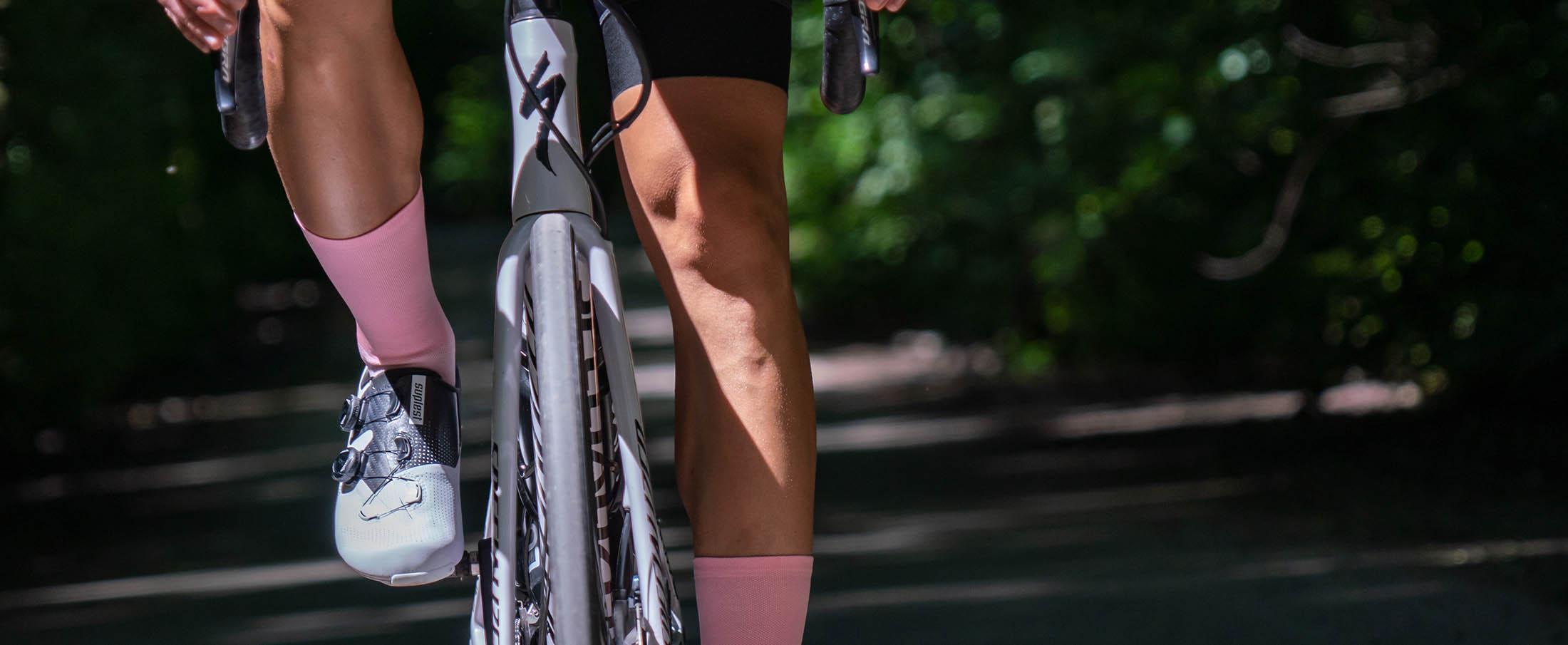 całe lekko różowe skarpetki rowerowe polskiej marki Luxa