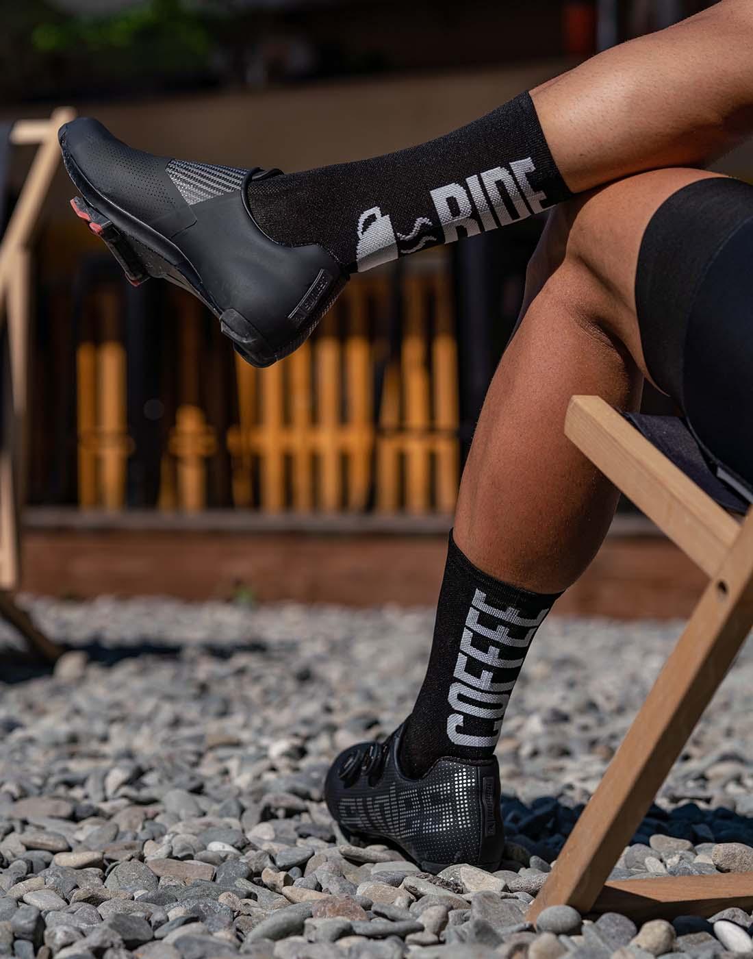 nogi mężczyzny ubranego w kolarski strój z motywem kawowym