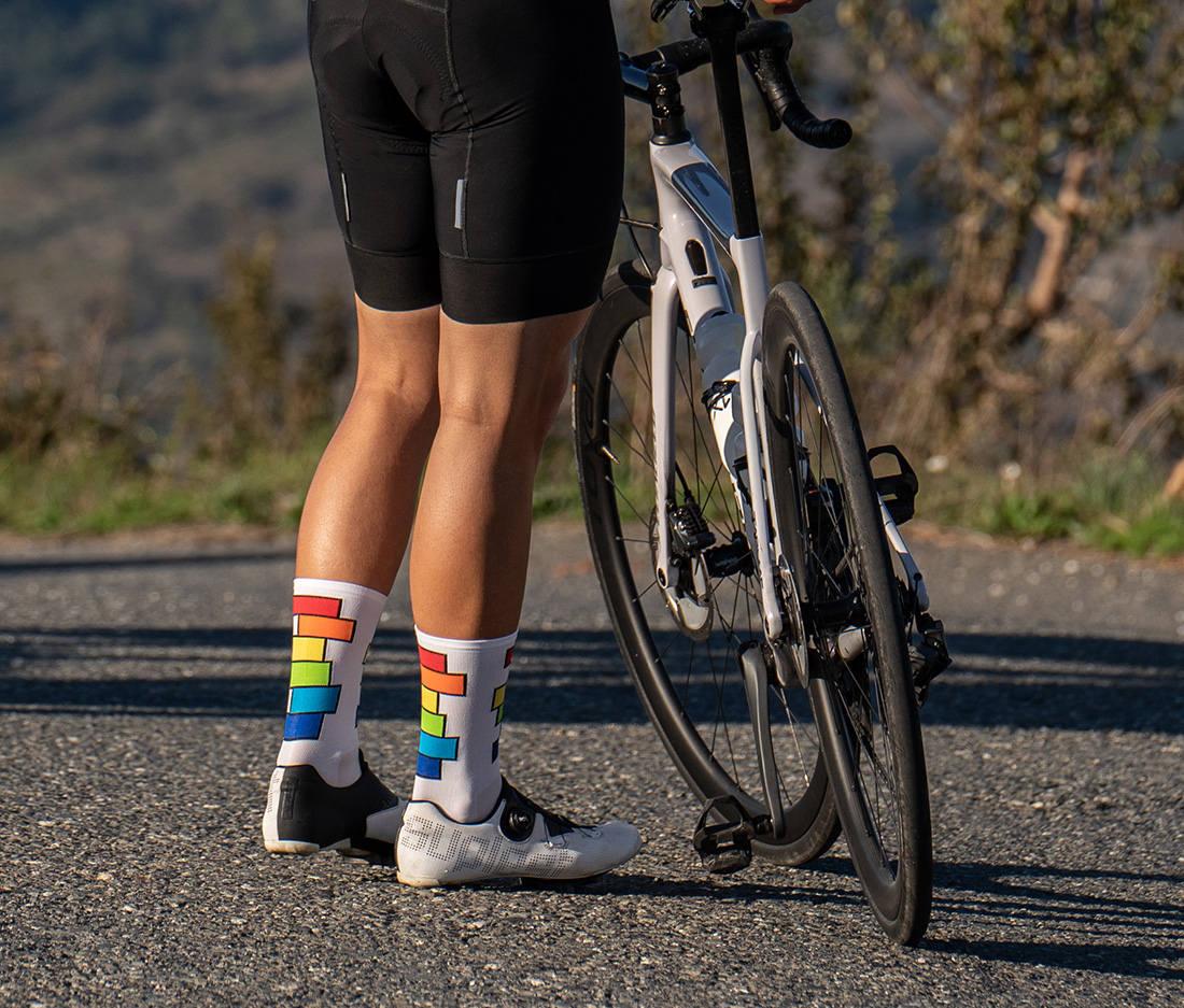 kolorowe tęczowe skarpetki rowerowe różnorodne widoczne barwy