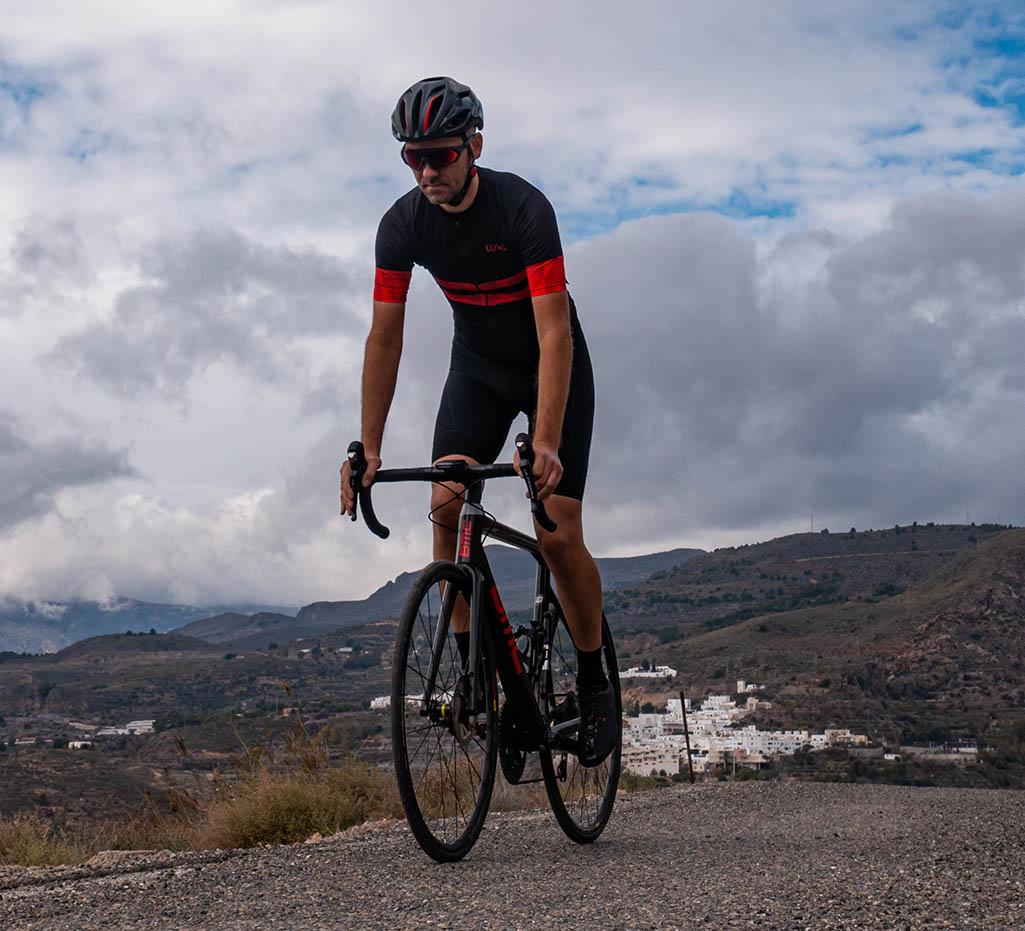 dobre tereny dla kolarzy w górach w Andaluzji. Kolarz w koszulce rowerowej Luxa z czerwonymi rękawkami