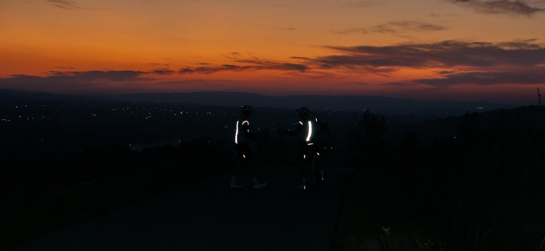 kolarze widoczni w nocy w odblaskowej kamizelce rowerowej Luxa Shining Night